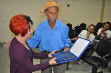 Professora Maria da Conceição de Almeida (Ceiça Almeida) da UFRN entrega o título de Intelectual da Tradição ao Tropeiro Mané Rico, durante a Audiência Pública em Comemoração ao Dia Nacional do Tropeiro, na Câmara Municipal de Vitória da Conquista em 2011.