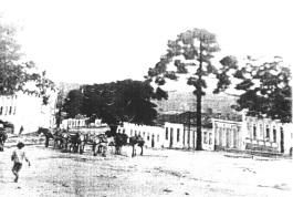 Foto antiga de Vitória da Conquista - Rua Grande no início do século XX, com destaque para a presença da tropa no meio da via.