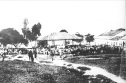 Foto antiga de Vitória da Conquista - Rua Grande no início do século XX. Destaque para o antigo Barracão, construído em fins do século XIX e que abrigava a feira local.