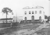 Foto antiga de Vitória da Conquista - Rua Grande no início do século XX. Destaque para a antiga Igreja de Nossa Senhora das Vitórias, construída no início do século XIX pelo Coronel João Gonçalves da Costa.