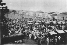 Foto antiga de Vitória da Conquista - Rua Grande no início do século XX. Destaque para a feira que ocorria no local.