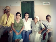 Na Fazenda Mato Verde, zona rural de Vitória da Conquista. Da esquerda pra direita: tropeiro Zé Mosquito, Dona Anália, Maris Stella, Dona Ana e Neto Novaes