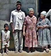 Dona Maria Madalena e sua família, na Fazenda São Domingos, zona rural de Vitória da Conquista.